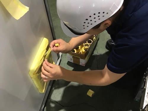金属製品塗装のマスキング作業